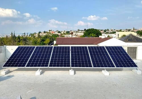 Instalación de sistema fotovoltaico consistente de 6 paneles solares y 1 inversor