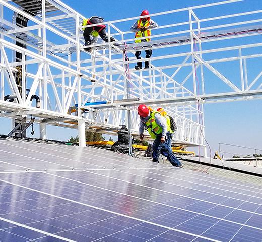 Ingeniero_fotovoltaico_en_instalación_solar
